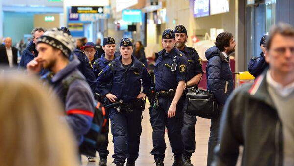 Swedish policemen patrol the Arlanda airport outside Stockholm, Sweden March 22, 2016. - Sputnik International