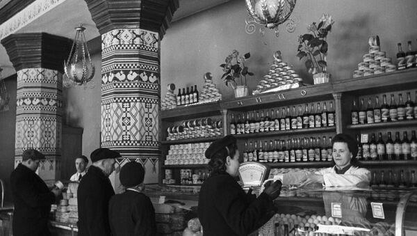 A food shop inside Ukraina Hotel in Moscow, 1958. (File) - Sputnik International