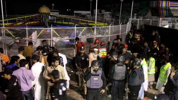 Pakistani police officers and rescue workers gather at the site of bomb explosion in a park in Lahore, Pakistan - Sputnik International