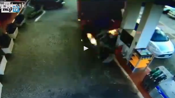 Lorry out of control crashes into gas station (two angles) - Sputnik International