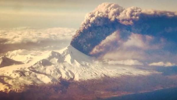 Alaska's Pavlof Volcano Erupts 20,000 Feet in the Air (VIDEO) - Sputnik International
