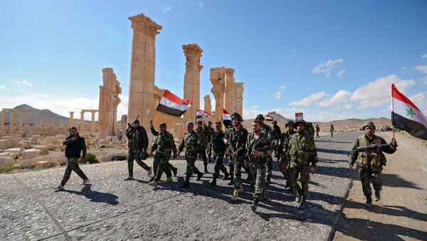 Liberation of Palmyra: Syrian soldiers with the flag of Syria are marching through Palmyra. - Sputnik International