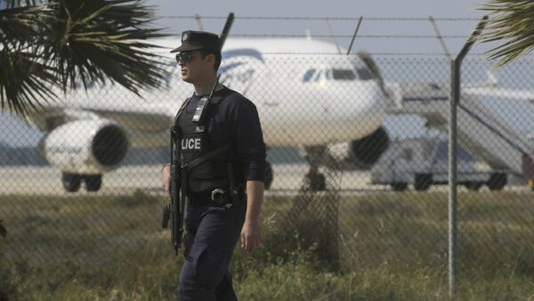 Police stand guard at Larnaca Airport near a hijacked Egyptair Airbus A320 , March 29, 2016 - Sputnik International