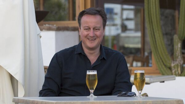 Britain's Prime Minister David Cameron poses for a photograph during a family holiday in Playa Blanca, Lanzarote March 25, 2016 - Sputnik International