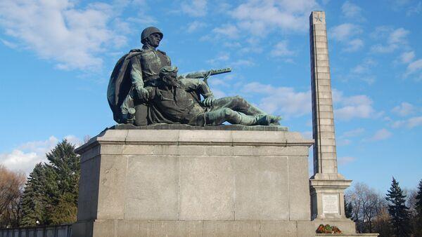 Monument in Soviet soldiers cementry in Warsaw, Poland. - Sputnik International
