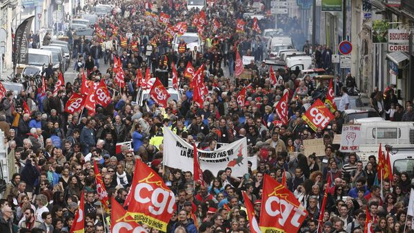 French labour union workers and students attend a demonstration against the French labour law proposal in Marseille, France, as part of a nationwide labor reform protests and strikes, March 31, 2016 - Sputnik International