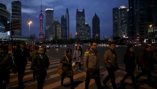 People cross a road after work in the financial district of Pudong in Shanghai, China, March 15, 2016 - Sputnik International