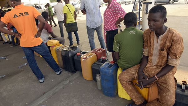 People queue to buy fuel with jerry cans at a filling station in Lagos, on December 1, 2015. - Sputnik International