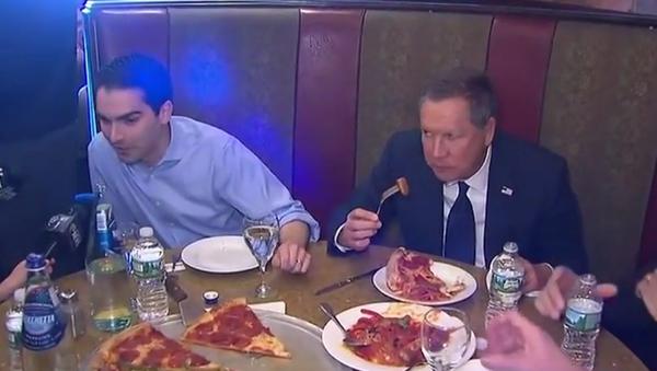 John Kasich Defends Eating New York Pizza With a Fork - Sputnik International