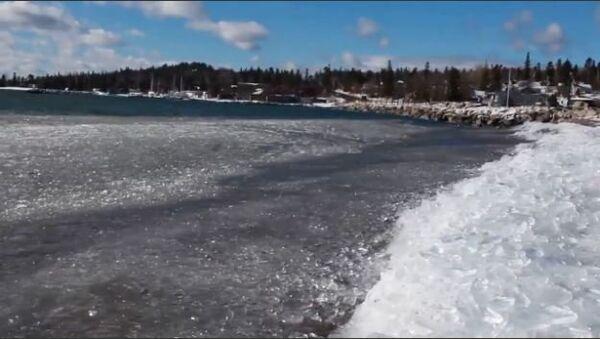 Waves Cover Beach in Ice - Sputnik International