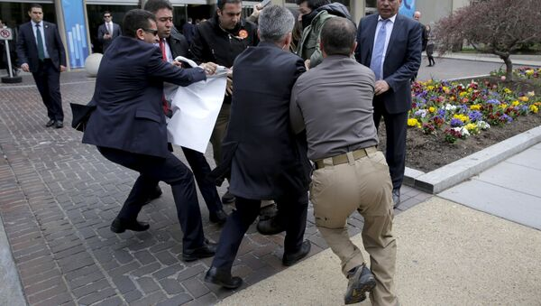 urkish security personnel struggle to take a sign away from protesters in front of the Brookings Institute before the arrival of Turkish President Recep Tayyip Erdogan in Washington. - Sputnik International