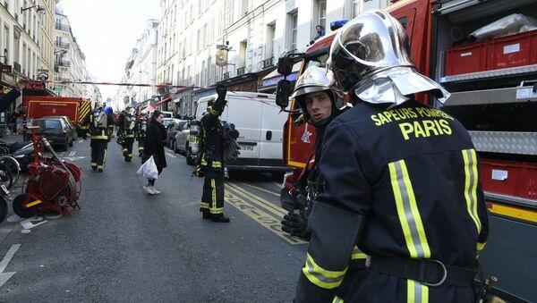 Firefighters intervene in rue du Cherche-Midi in Paris' 6th district near the scene where an appartment building exploded on April 1, 2016 in Paris - Sputnik International