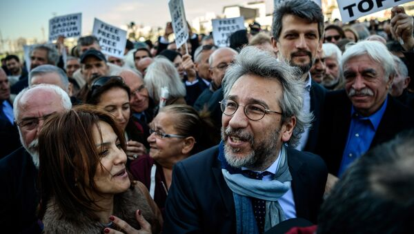 Turkish opposition Cumhuriyet daily's editor-in-chief Can Dundar (C) arrives at the Istanbul courthouse for his trial on April 1, 2016 - Sputnik International