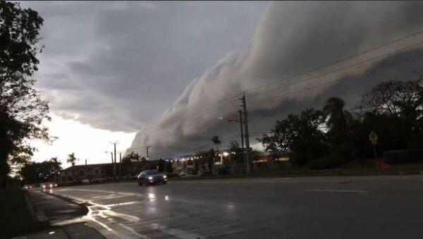 Dramatic Roll Cloud Sweeps Across Southern Florida - Sputnik International