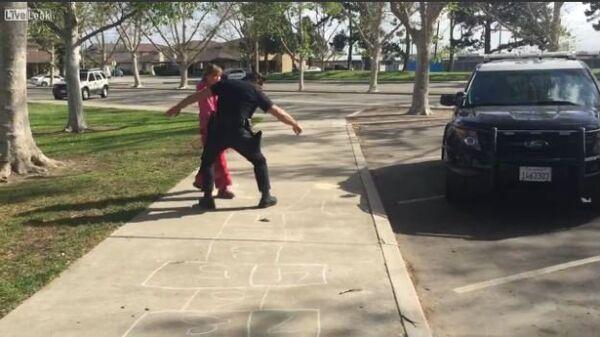 Cop Plays Hopscotch With Homeless Girl - Sputnik International
