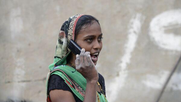An Indian woman speaks on a mobile phone - Sputnik International
