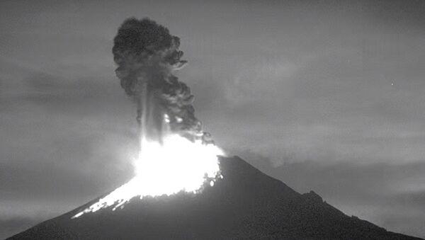Lethal Beauty of Volcano Eruption in Slo-Mo - Sputnik International