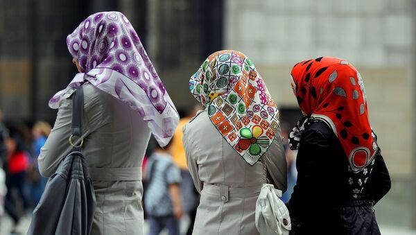 Three women of Turkish origin wearing colourful headscarves - Sputnik International