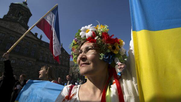 A Ukrainian woman stands in front of the Royal Palace during a demonstration on the EU referendum, at the Dam Square in Amsterdam, April 3, 2016 - Sputnik International