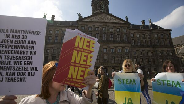 Demonstrators who support the yes vote of an EU referendum and those who support the no vote protest at the Dam Square in Amsterdam, the Netherlands April 3, 2016 - Sputnik International