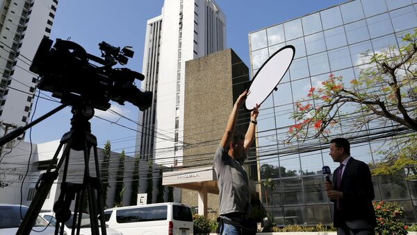 Members of the media stand outside the Arango Orillac Building where Mossack Fonseca law firm is situated at in Panama City, April 5, 2016 - Sputnik International