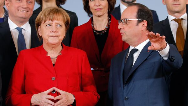 German Chancellor Angela Merkel (L) and French President Francois Hollande talk as they pose with ministers for a family picture during a joint Franco-German cabinet meeting in Metz, France, April 7, 2016. - Sputnik International