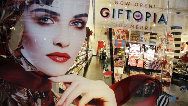 Holiday gift giving ideas are featured in a Sephora window. - Sputnik International