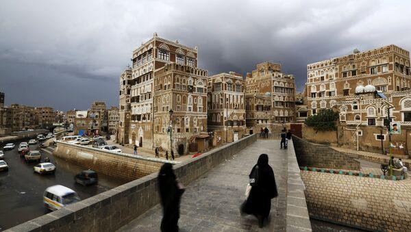 Women walk on a bridge in the old quarter of Yemen's capital Sanaa April 9, 2016. - Sputnik International