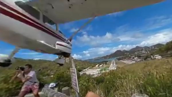 Plane Almost Hits Tourist Taking Photo - Sputnik International
