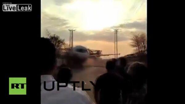Plane falls to earth after crane collapses - Sputnik International