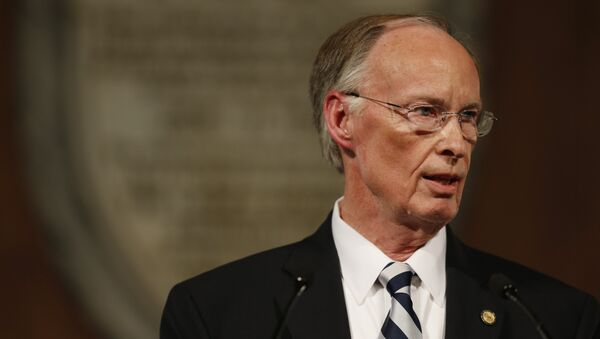 Whistleblowers: Alabama Gov Bentley Ordered State Helicopter to Fly His Forgotten Wallet to the Beach - Sputnik International