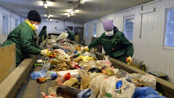 Workers sort household garbage for subsequent shipment to the line for primary processing - Sputnik International