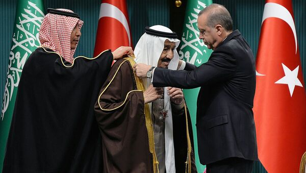 Turkish President Recep Tayyip Erdogan (R) presents Turkey's highest state medal to King Salman of Saudi Arabia (C) during a ceremony at the presidential complex in Ankara on April 12, 2016 - Sputnik International