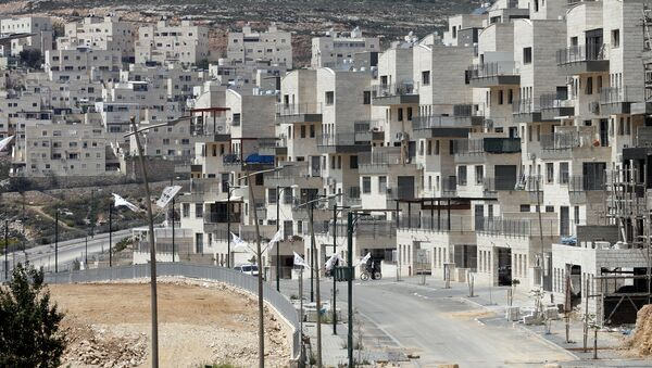 A picture taken on April 14, 2016 shows a partial view of the Israeli settlement of Givat Zeev near the West Bank city of Ramallah - Sputnik International