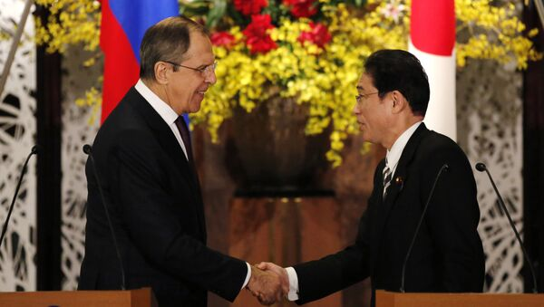 Russia's Foreign Minister Sergey Lavrov, left, shakes hands with his Japanese counterpart Fumio Kishida at the end of their joint news conference after their meeting at the foreign ministry's Iikura guest house in Tokyo, Japan, Friday, April 15, 2016 - Sputnik International