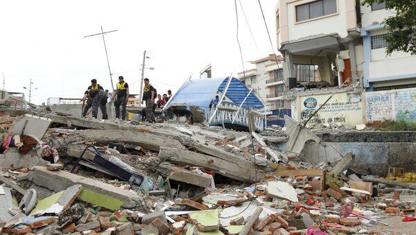 Police officers stand on debris after an earthquake struck off Ecuador's Pacific coast, at Tarqui neighborhood in Manta April 17, 2016 - Sputnik International