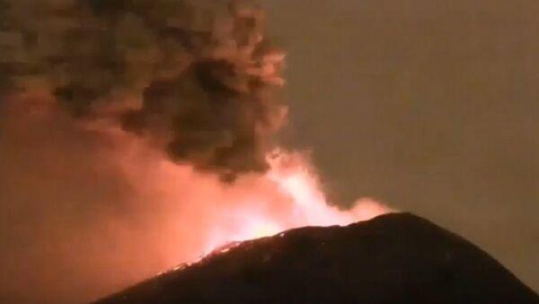 Mexico's Popocatépetl Volcano Shoots Glowing Rock a Mile Into the Air - Sputnik International