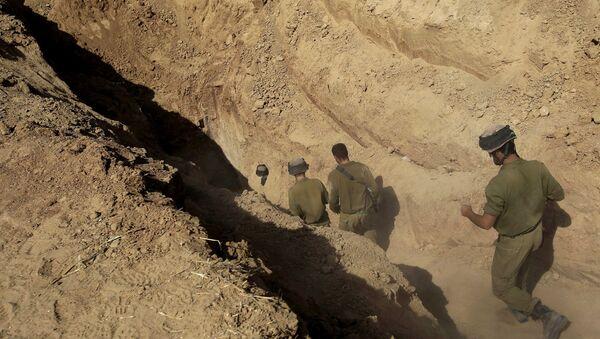 Israeli soldiers enter a tunnel discovered near the Israel Gaza border. - Sputnik International
