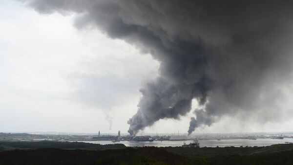 Smoke rises from the explosion site at Mexican national oil company Pemex's Pajaritos petrochemical complex in Coatzacoalcos, Veracruz state, Mexico, April 20, 2016. - Sputnik International