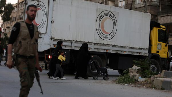 Syrian Aarb Red Crescent trucks transporting aid arrive in Ain Tarma, in the eastern Ghouta area, a rebel stronghold east of the Syrian capital Damascus - Sputnik International