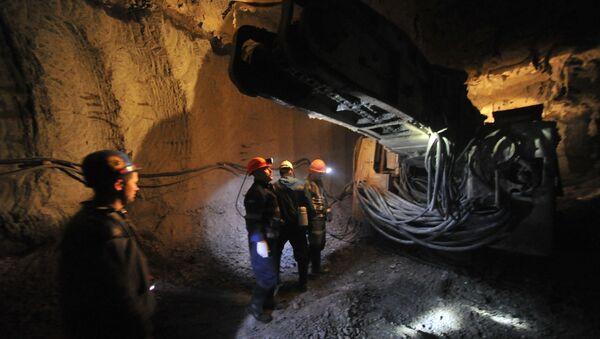 Extracting diamond-bearing kimberlite ore at ALROSA's Internatsionalny diamond field in Mirny, Republic of Sakha (Yakutia) - Sputnik International