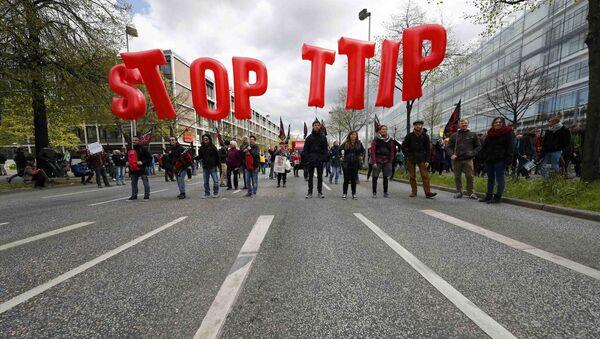 Protesters demonstrate against Transatlantic Trade and Investment Partnership (TTIP) free trade agreement ahead of U.S. President Barack Obama's visit in Hanover, Germany April 23, 2016 - Sputnik International