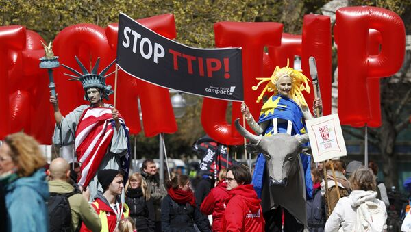 Protesters depicting Statue of Liberty (L) and Europa on the bull take part in a demonstration against Transatlantic Trade and Investment Partnership (TTIP) free trade agreement ahead of U.S. President Barack Obama's visit in Hannover, Germany April 23, 2016 - Sputnik International