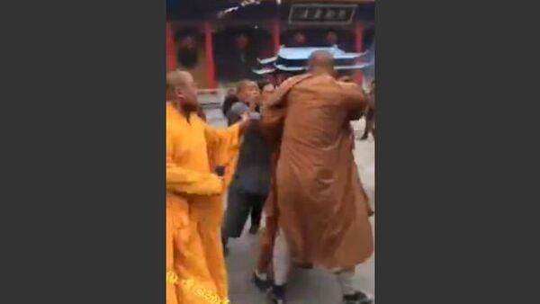 Monks fight over donation money - Sputnik International