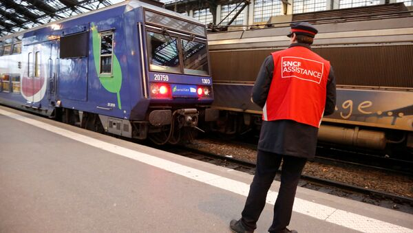 A staff member of French state-owned railway company SNCF stands on a platform inside the Gare de Lyon railway station in Paris, France, April 26, 2016 during a one-day strike by French railway unions workers to protest working conditions and wages. - Sputnik International