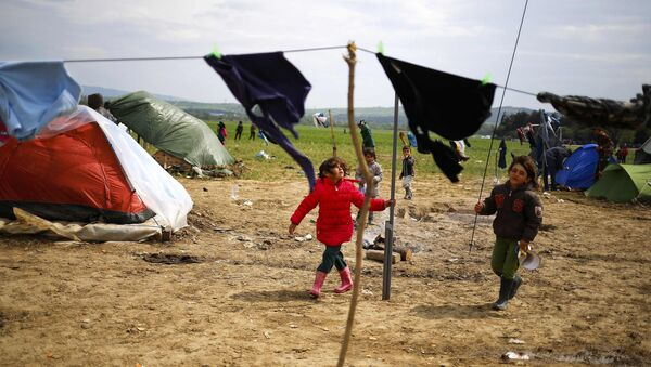 Children play during heavy winds at a makeshift camp for migrants and refugees at the Greek-Macedonian border near the village of Idomeni, Greece, April 11, 2016. - Sputnik International