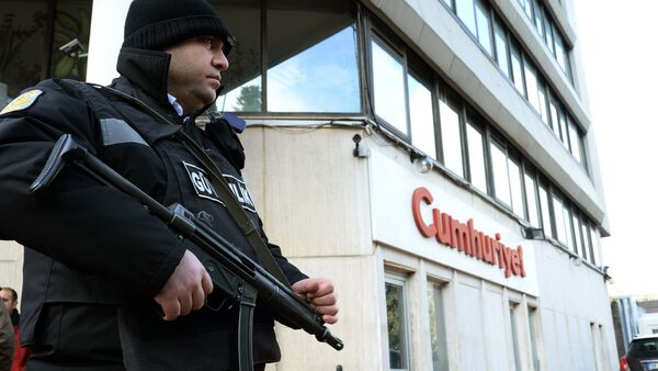 A police officer stands guard at the entrance of Cumhuriyet, the leading pro-secular Turkish newspaper, in Istanbul, Turkey - Sputnik International