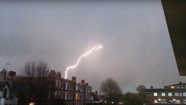 Terrifying Lightning Strikes Plane Over London - Sputnik International