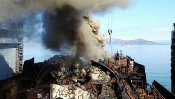 Russian Nuclear Submarine Docked for Scrapping at Vilyuchinsk in Kamchatka Burning - Sputnik International
