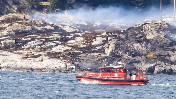 Rescuers work at a site where a helicopter has crashed, west of the Norwegian city of Bergen April 29, 2016. - Sputnik International